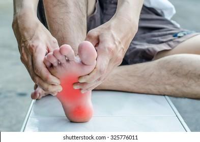 Schmerzen im Fuß. Massage der männlichen Füße. Pediküre.