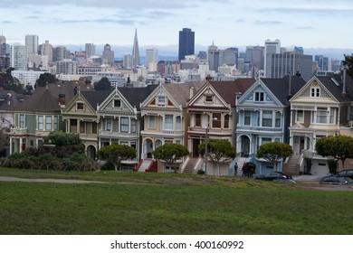 The painted ladies of San Francisco. Samples of Victorian architecture/Victorian architecture/Alamo square San Francisco, California
