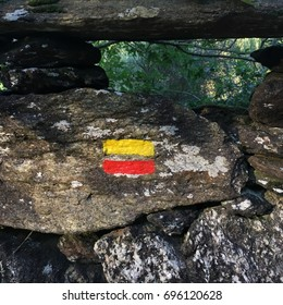 Painted sign on the rocks marking the trekking path