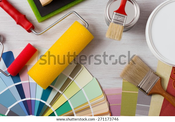 Maler- und Dekorationstisch mit Hausprojekten, Farbfernseher, Malerwalze und Farbbürsten, Draufsicht