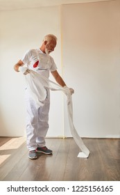 Painter Sets A Protective Nylon For Wall Painting