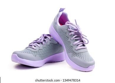 Paar unmarkierter violetter Sportarten oder Laufschuhe auf weißem Hintergrund