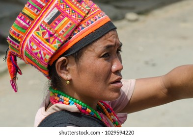 PAK NAM NOY, LAOS - AUGUST 23 2017: The Akha Pala hill tribe are an ethnic minority living in the area between E.Myanmar-N.Thailand-W.Laos-S.China. Old woman sells crafts to tourists visiting the town
