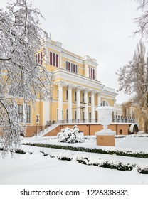 Palace Rumyantskvyh and Paskevich. Gomel. Belarus. 2. April. 2018. Winter in the Gomel Park of the Rumyantsevs and Paskevichi. Snowstorm and snowfall.
