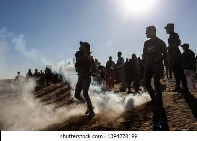 Palestinian protesters clash with Israeli troops during a protest on the Israel-Gaza border, east of Rafah, in the southern Gaza Strip. on May 10, 2019. Photo by Abed Rahim Khatib