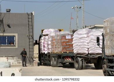 Palestinian trucks passing through the Kerem Shalom crossing, the main passage point for goods entering Gaza from Israel, in the southern Gaza Strip, on May 12, 2019. Photo by Abed Rahim Khatib
