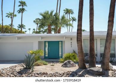 Palm Springs California 28 september 2017 White Palm Springs house with aqua blue door