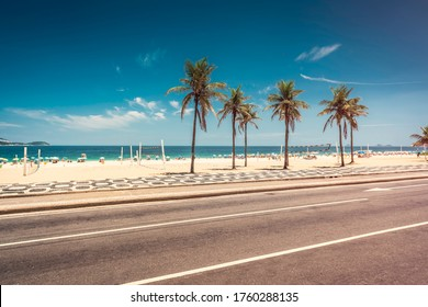 Palmen am Strand von Ipanema mit blauem Himmel, Rio de Janeiro, Brasilien. Berühmtes Mosaik am Strand