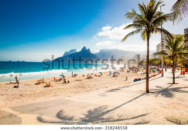 Palms und Two Brothers Mountain am Strand von Ipanema in Rio de Janeiro. Brasilien.