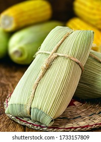 Pamonha, Brazilian sweet cheese and corn, salty or sweet, wrapped in dry straw. Dob rasil culinary tradition in the winter months, food served warm.