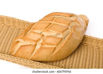 Pan de pueblo en cesta de mimbre y fondo blanco