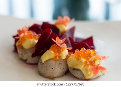 pan seared scallops with hollandaise sauce and salmon roe