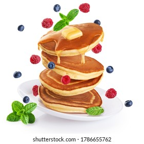 Pfannkuchen mit frischer Beere und Honig auf weißem Hintergrund. Gesundes Frühstück.
