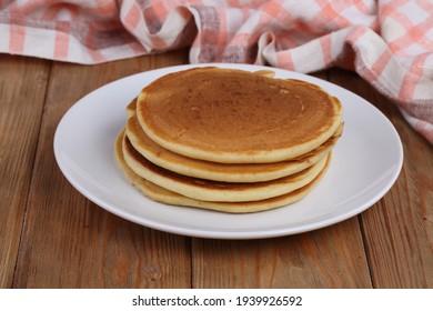 Pfannkuchen auf Holzhintergrund. Frühstück Pfannkuchen