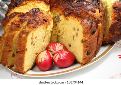 Panettone with raisins on a porcelain platter