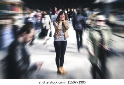 Attacco di panico in luogo pubblico. Una donna che ha un disturbo di panico in citta'. Psicologia, solitudine, paura o problemi di salute mentale concetto. Depresso persona triste circondata da persone che camminano in strada trafficata.