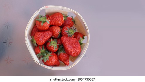 panier de fraises fraiches prise en flat lay  - Shutterstock ID 1954730887