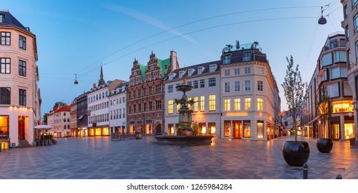 Panorama des Amagertorv-Platzes, Stroget Straße während der Morgenblauen Stunde, Kopenhagen, Hauptstadt von Dänemark