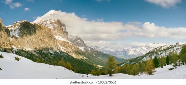 Panorama der Ampezzo-Dolomiten. Erster Herbstschnee.