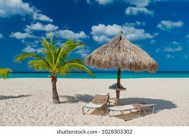 panorama della  Eagle Beach di aruba in inverno famosa spiaggia dei Caraibi con palme e sabbia bianca
