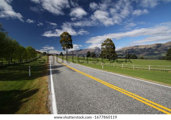 Panorama von einer leeren, einsamen Straße in neuem Zeeland während eines heißen Sommertags