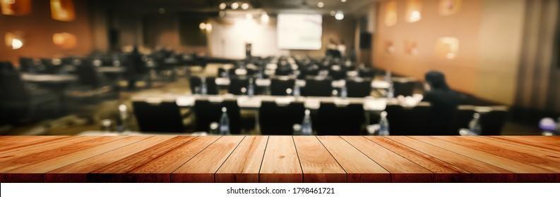 Panoramaauflage mit leerem, sauberem Holzschreibtisch auf unscharfem Studentenstudium im Unterricht auf weißem Hintergrund für das Produkterziehungszentrum, abstrakter unscharfer Holzschreibtisch oder Montage.
