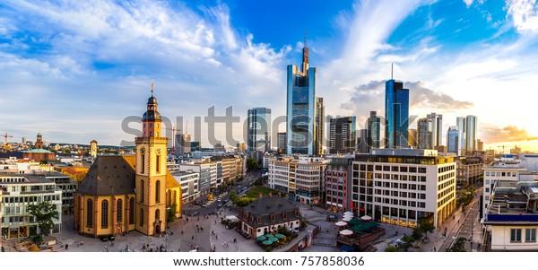 Panorama von Frankfurt, Deutschland in einem Sommerabend