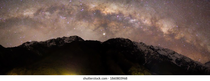 Panorama-Milchstraße auf dem Schneeberg in Mount Cook, Neuseeland