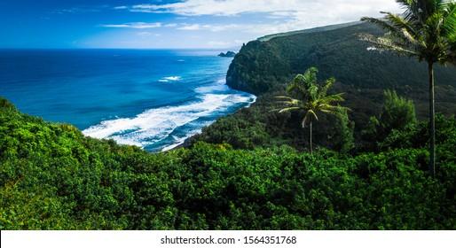 Panorama der Nordküste der Großen Insel mit steilen grünen Klippen und blauem Pazifik, Hawaii