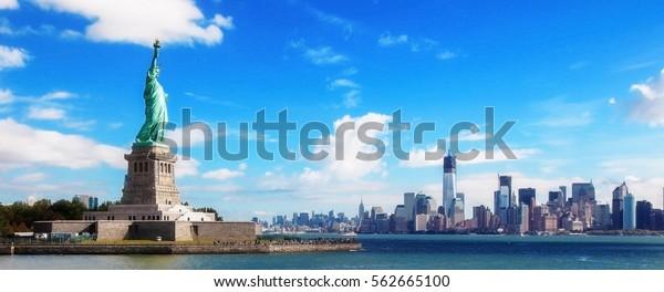 Panorama über die Freiheitsstatue und die Skyline von Manhattan, New York City, Vereinigte Staaten