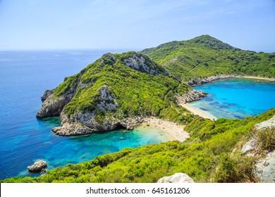 Ein Panorama auf den Strand von Prto Timoni auf Korfu, Griechenland