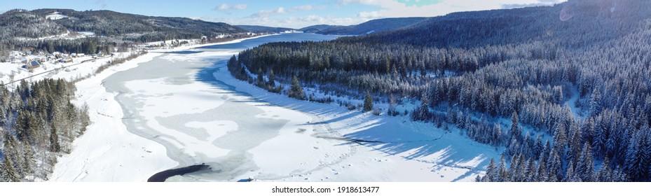 Panorama Schluchsee im Schwarzwald mit Schnee und Eis im Winter.  - Shutterstock ID 1918613477