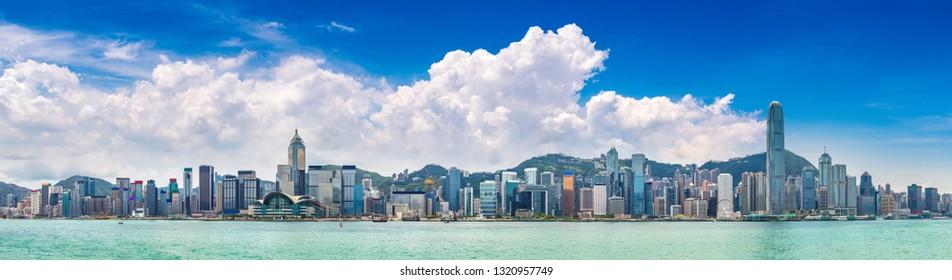 Panorama del puerto Victoria en Hong Kong en verano