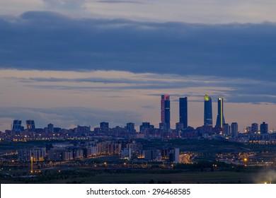 Vista panorámica del horizonte de Madrid al atardecer.