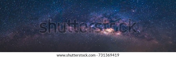 Панорама зрения Вселенной космического выстрела из Млечного пути галактики со звездами на фоне ночного неба. Млечный Путь - это галактика, которая содержит нашу Солнечную систему.