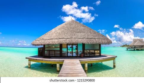 Panorama von Water Villas (Bungalows) am tropischen Strand auf den Malediven im Sommer