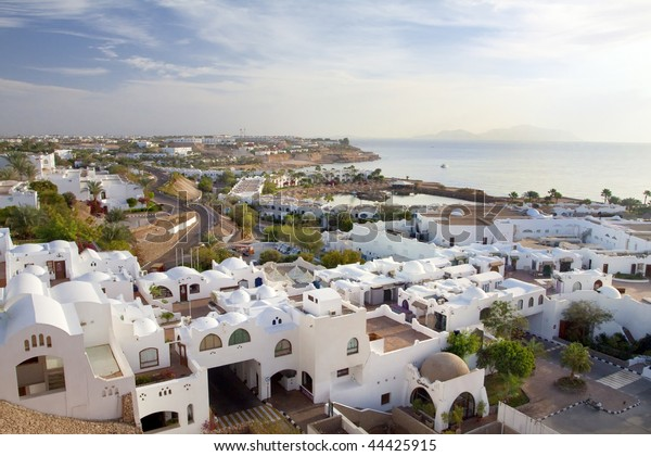 Panorama der weißen Stadt und des blauen Meeres mit der Küstenlinie Sharm el-Sheikh