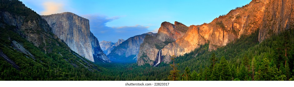 Panorama of the Yosemite Valley at Sunset, as seen from Tunnel View.
