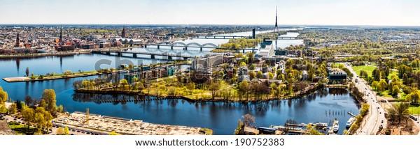 Panoramabild horizontale Foto von Riga City Center Hauptstadt von Lettland, Daugava Fluss sonnigen Frühlingstag, Banner für Website-Header Design, Kopienraum. Europäische Stadt, Horizont auf Land