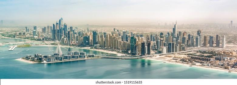 Panoramasicht auf die Skyline von Dubai Marina mit Dubai Eye Riesenrad, Vereinigte Arabische Emirate