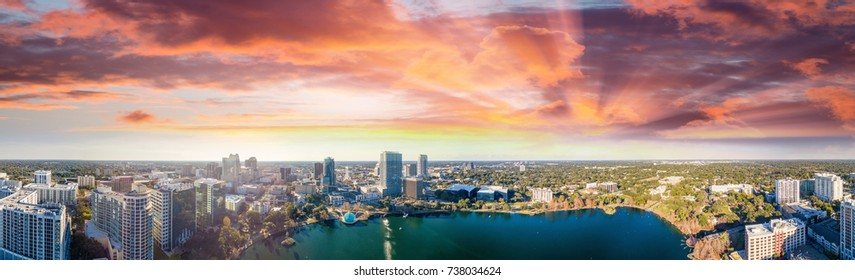 オーランド – フロリダ州、エオラ湖とその周辺の建物のパノラマ空撮。