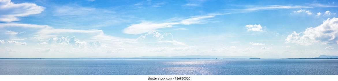 Панорамный красивый морской пейзаж с облаком в солнечный день.