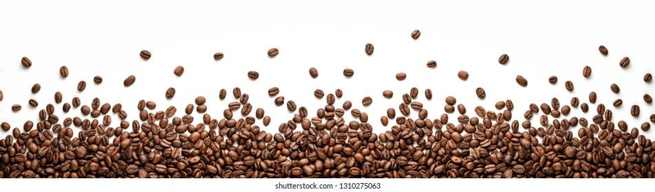 Панорамная граница кофейных зерен изолирована на белом фоне с копировальным пространством
