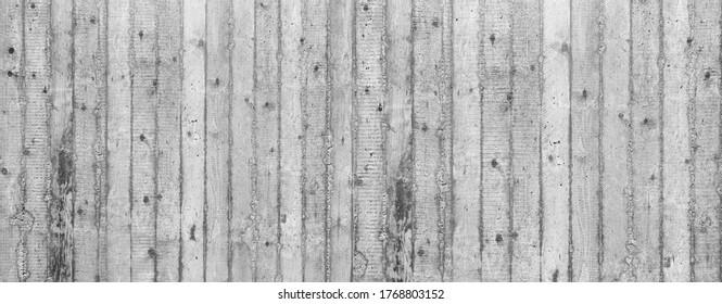 Panoramaausschnitt einer grauen Wand aus grobem Beton mit senkrechten Streifen