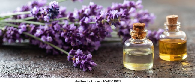 Panoramakopf aus ätherischen Ölflaschen mit frischen Lavendelblumen