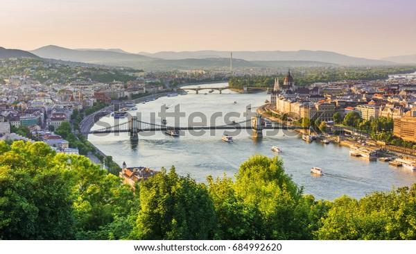 Panoramablick auf Budapest vom Gellert Hill. Donau Fluss, Kettenbrücke, Parlamentsgebäude, Buda und Pest Blick. Budapest, Ungarn.