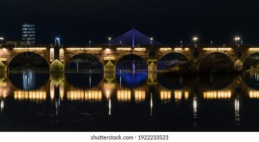 Vista panorámica nocturna del puente Palmas con el puente real al fondo, en Badajoz, Extremadura, España