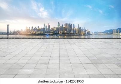 Panoramaaussicht und Gebäude mit leerem Betonboden, Chongqqs, Porzellan