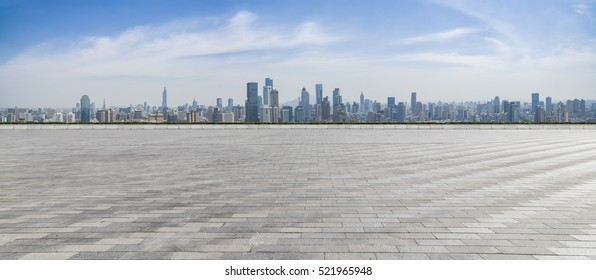 Panorama-Skyline und Gebäude mit leerem Betonboden