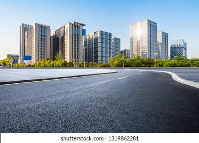 Panorama-Skizze und moderne Bürogebäude mit leerer Straße, leerer Betonboden